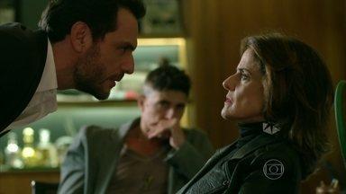Fanny tenta chantagear Alex e se dá mal - Revoltado com acusação de Lyris, o empresário mira na dona da agência. Angel pede para encontrar Alex