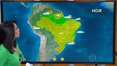 Confira como fica o tempo nesta sexta-feira (26) em todo o Brasil - O sol vai aparecer e o ar seco vai manter o tempo firme na maior parte dos estados. A previsão de pancadas de chuva é para o sul e oeste do Acre, do norte do Amazonas ao litoral do Maranhão e no nordeste do Ceará.