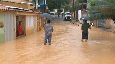 Chuva causa seis deslizamentos de terra em Maceió, em Alagoas - Ninguém ficou ferido. A chuva que atingiu a região na quinta-feira foi a mais forte de mês. Além dos deslizamento, uma grande quantidade de lixo foi arrastada para a Praia. Ruas de Pernambuco ficaram alagadas.