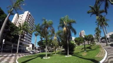 Parabéns Umuarama! Daqui a pouco tem homenagem à capital da Amizade no Paraná TV. - E tem outras notícias. Ao meio-dia.