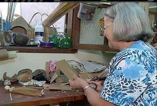 Artesã de Cabo Frio, RJ,confecciona bonecas e santos com palhas de milho e bananeira - Artesã segue tradição de família.