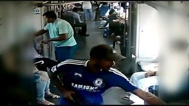 Vídeo mostra flagrante de assalto a passageiros do metrô - Três bandidos entram armados no vagão e levam pertences dos passageiros.