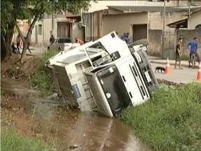 Caminhão de coleta de lixo cai dentro de córrego em Coronel Fabriciano - Secretaria de Serviços Urbanos informou que já está providenciando a retirada do caminhão.