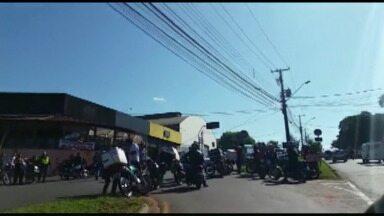 Motociclistas fazem protesto em Avenida com muitos acidentes - O grupo se reuniu na Avenida Winston Churchill onde um menor pilotava uma moto e bateu em um carro. Três pessoas ficaram feridas.