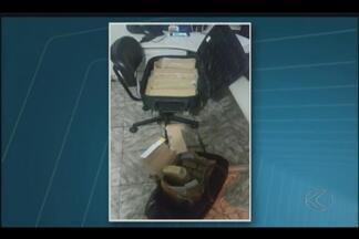 PRF encontra maconha escondida em mala de passageiro na BR-365, em Patos de Minas - Cerca de 27 kg da droga foram encontrados em ônibus. Veículo seguia de São Paulo para Bom Jesus da Lapa (BA).
