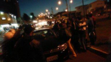 Protesto de motociclistas termina em acidente e confusão - Um motorista avançou sobre os manifestantes e atropelou um rapaz.