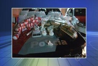 Homem é preso com mais de 18 Kg de drogas em Sorocaba - Um homem foi preso por tráfico de drogas na noite de quinta-feira (25), na Vila Zacarias, em Sorocaba (SP). De acordo com informações da Polícia Militar, o suspeito fugiu por várias ruas ao ser abordado pelos policiais, mas foi detido durante o acompanhamento. Ele estava com 18 Kg de drogas.