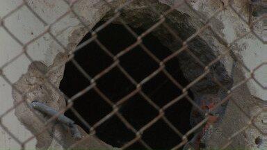 Presos fogem do 4º Distrito Policial de Londrina - Dois detentos escaparam por um buraco aberto na parede do corredor. A fuga foi de madrugada e descoberta de manhã.