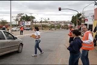 Nova sinalização é instalada na Avenida Geraldo Athaíde em MOC - Sinalização pretende evitar acidentes.