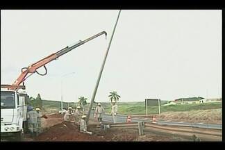 Obras de iluminação são realizadas em bairros de Ituiutaba - Moradores dos bairros Paranaíba e Gardênia cobravam melhorias. Postes de energia já foram colocados às margens da BR-365.