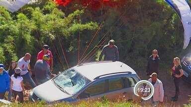 Piloto de paraglider cai sobre carro em Santo Antônio do Pinhal, SP - Acidente aconteceu durante tentativa de salto no Pico Agudo.