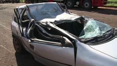 Dois jovens morrem em acidente na BR-376 em Alto Paraná - Outros dois jovens que estavam no carro ficaram feridos. O acidente foi na madrugada deste domingo (28).