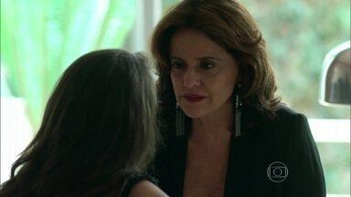 Fanny agenda trabalhos para Giovanna para mantê-la longe de Anthony - A jovem faz uma encomenda para Sam e o convida para almoçar em sua casa