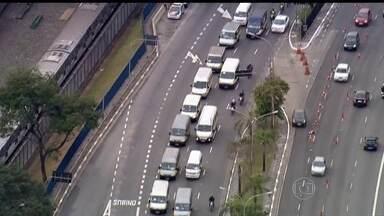 Motoristas de vans escolares fazem protesto em São Paulo - A manifestação, que segue em direção ao Estádio do Pacaembu, é contra a obrigatoriedade da cadeirinha nas vans escolares.