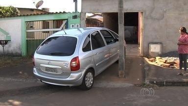 Casal reclama de poste feito em frente à garagem - Moradores do Residencial Forteville têm poste feito em frente à garagem de casa, dificultando a entrada dos carros.