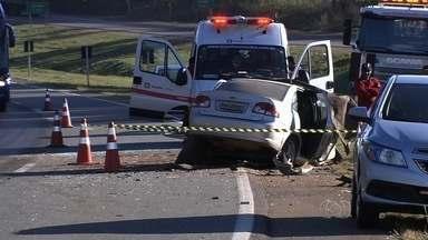 Três pessoas morrem em acidente na BR-153, em Goiás - Acidente aconteceu próximo a Hidrolândia. Carro atravessou canteiro central e bateu em carreta.