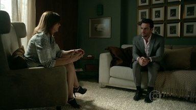 Amanda orienta Alex a se aproximar de Giovanna - Terapeuta explica que é necessário que o empresário demonstre interesse pela vida da filha