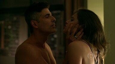 Giovanna se encontra com Anthony no flat e recebe declaração de amor - A jovem convida Sam para viagem a Angra