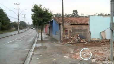 Casas em área de risco são demolidas em Bragança Paulista, SP - Mais de 50 famílias foram notificadas pela prefeitura. Cerca de 700 casas serão sorteadas.
