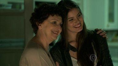 Angel fica feliz pela mãe - Carolina comenta que conheceu um homem
