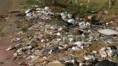 Lixo toma conta das ruas do DF - Muitas cidades do DF estão virando um lixão. Os moradores jogam os resíduos nas quadras vizinhas. As calçadas estão tomadas.