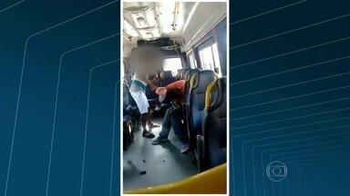 Cobrador de van agride com tapas e socos um passageiro com deficiência mental no Rio - Imagens mostram o cobrador agredindo o passageiro. Ele chega a usar um cano e um chinelo para bater na vítima.