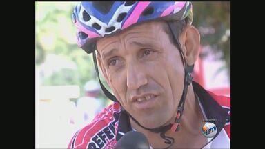 Corpo do ciclista José Reginaldo Cardoso é velado em ginásio de Batatais, SP - Um dos nomes mais importantes do ciclismo da região morreu na segunda-feira (13) durante uma prova dos Jogos Regionais de Penápolis.