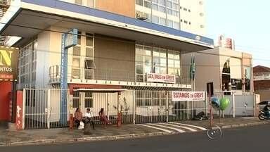 Greve paralisa atendimentos do INSS no noroeste paulista - Agências do INSS entraram em greve nesta segunda-feira (13) na região noroeste paulista. Em São José do Rio Preto (SP), segundo o sindicato da categoria, 90% dos servidores aderiram à greve. Só estão sendo feitas perícias médicas e atendimentos previamente agendados.