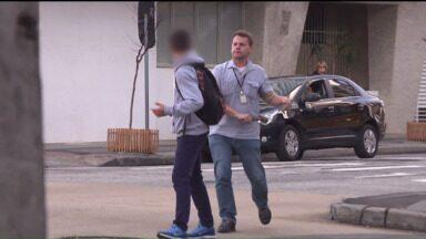 Flagrante mostra motorista de ônibus agredindo adolescente no centro de Curitiba - Motorista disse que estava perseguindo dois jovens que teriam tentado entrar no ônibus sem pagar a passagem.