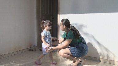 Mãe usa a internet para buscar doador de medula para a filha - Criança sofre de neutropenia severa, o que causa baixa imunidade severa.