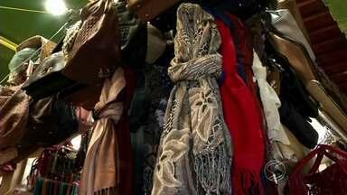 Em tempo de frio, cresce a procura por lenços e cachecóis em Volta Redonda, RJ - Segundo lojistas, preços e modelos são variados para não sair da moda neste inverno.