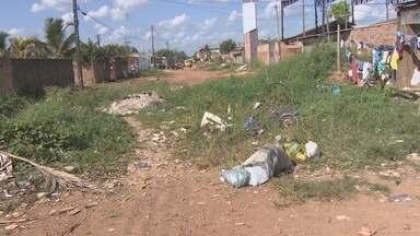Lixo e entulho fecham rua do bairro Cuniã na capital - Há dois anos o problema se arrasta e moradores cobram respostas do poder público.