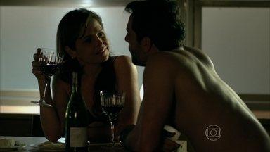 Carolina combina um jantar com Alex em sua casa - Ela promete manter segredo sobre a identidade do empresário para sua família