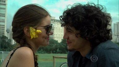 Angel curte passeio romântico com Gui - Ela conta para o namorado que vai conhecer o novo namorado da mãe