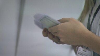 Detran de SP descobre esquema de compra de carteiras de habilitação - Quase cinco mil carteiras de motoristas devem sem bloqueadas. A investigação começou depois que um jogador do Corinthians contou no treino que já tinha sido aprovado nos testes do Detran. O esquema movimentou pelo menos R$ 10 milhões.