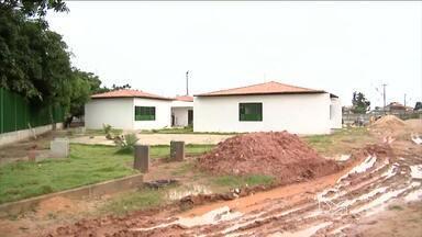 Obras feitas pela Prefeitura de Imperatriz estão sem prazo para serem concluídas - Quem ganhou uma casa do programa de aceleração do crescimento, no bairro Bom Jesus, não sabe quando vai receber o imóvel.