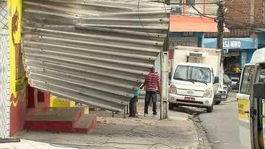 Ventania arranca telhados e deixa prejuízos, em Paulista - Agência Pernambucana de Águas e Clima explica o fenômeno que está causando ventos fortes.