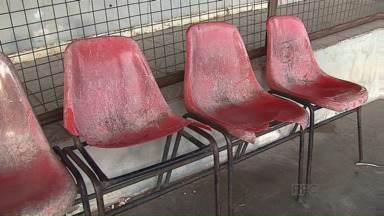 Moradores de Carambeí lamentam sobre a falta de estrutura da rodoviária - Banheiros não têm luz, portas e torneiras. Além disso, as cadeiras da rodoviária estão em péssimo estado, os vidros estão quebrados e as paredes, pichadas.