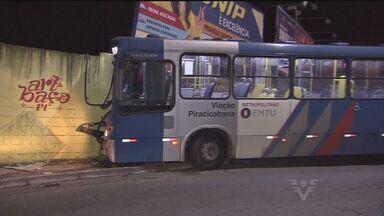 Motorista perde o controle e bate ônibus no centro de Santos - O motorista perdeu o controle da direção e acabou batendo em um muro. O acidente ocorreu na noite da última quinta (16), no centro de Santos.