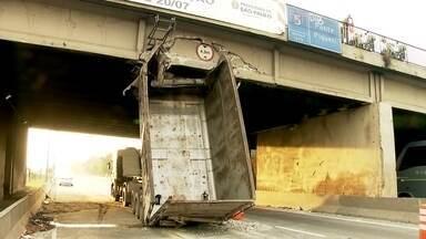Passa de 12 horas o bloqueio da pista central da Marginal Tietê, no sentido Ayrton Senna - Uma caminhão-basculante entalou na ponte do Piqueri de madrugada e, até agora, está provocando reflexos no trânsito.