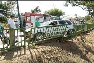 Quatro pessoas ficam feridas após acidente em Montes Claros - Um semáforo foi atingido e amassado.