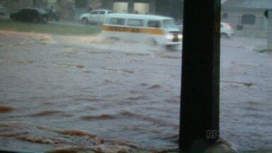 Moradores de Umuarama sofrem com pontos de alagamento - O município identificou doze pontos de alagamento na cidade, mas informou que não tem recursos para fazer os reparos.