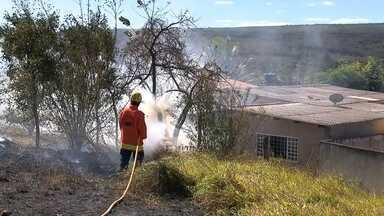 Bombeiros do DF recebem 30 denúncias de fogo nesta sexta (17) - Começou a temporada de incêndios. Só nesta sexta-feira (17), os bombeiros receberam 30 chamadas. A maioria é culpa do homem. Como o fogo que foi registrado no Guará.