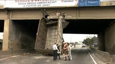 Caminhão fica entalado em ponte de São Paulo - A caçamba de um caminhão basculante se chocou contra uma ponte sobre a Marginal Tietê. A caçamba estava erguida, mesmo com o veículo em movimento.