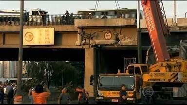 Interdição causada por acidente de caminhão na Marginal Tietê, em SP, já dura 40 horas - Uma das mais importantes e movimentadas vias da cidade de São Paulo – a Marginal do Rio Tietê -- está com um trecho interditado ao trânsito há mais de 40 horas. tudo por causa da batida de um caminhão em uma ponte.