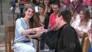 Camila Queiroz e Thiago Martins dublam cena de televisão - Convidados do Altas Horas fazem dublagem no Altas Horas