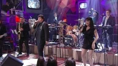 Sidney Magal canta música tema de Tapas & Beijos - Cantor se apresenta com o hit 'Entre tapas e beijos'
