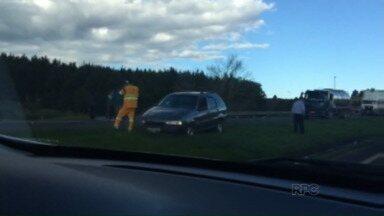 Três pessoas ficam feridas em acidente com quatro veículos na BR-376 - O acidente aconteceu na tarde de sábado, na região da Colônia Witmarsum, em Palmeira
