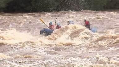 Aventureiros aproveitam cheia do Rio Tibagi para encarar ondas altas e forte correnteza - As chuvas das últimas semanas fizeram com que o nível do rio subisse 5 metros