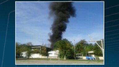 Incêndio assusta vizinhos do Batalhão de Bangu, no Rio - O incêndio começou com uma explosão na bomba de combustíveis do Batalhão. Bombeiros dos quartéis de Realengo e de Guadalupe já controlaram o fogo. Segundo a PM, não houve feridos.